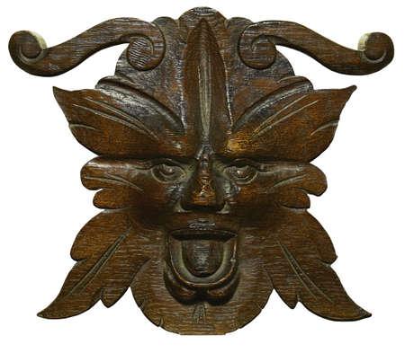 tallado en madera: El tallar antiguo del roble del hombre verde, alcohol de maderas y bosques en la religi�n pagan antigua. Aislado en blanco. Foto de archivo