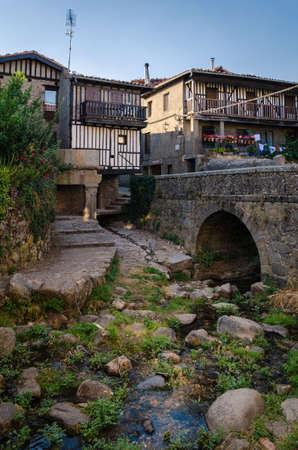 A small stream crosses the medieval village of La Alberca, Salamanca, Spain Banque d'images