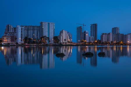 City skyline of Calpe reflected in the salt lake at dusk, Alicante, Spai Standard-Bild