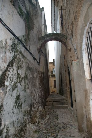 Narrow street with arch in Coria Banco de Imagens