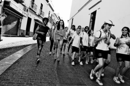 Carmona (Siviglia) Spagna, 13 giugno 2013: fotografia di strada - I bambini di una scuola in viaggio.
