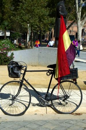 republican: Sevilla, Espa�a 12 de octubre 2013 Republicano concentraci�n de 40 bicicletas con bandera republicana