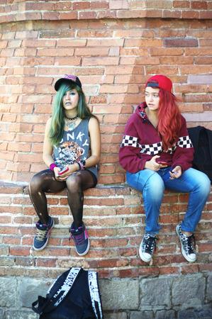 urban life: Barcelona (Espa�a) - 17-10-2014 Vida urbana - Sentado ni�as adolescentes