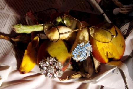 stil: Stil life with som3e fruit and a pair of glasswes