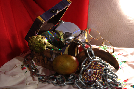 stil: Stil life with a painted  box, some fruit aand a chain