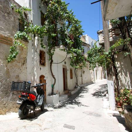 Calle t�pica de Kritsa aldea en la isla de Creta, Grecia