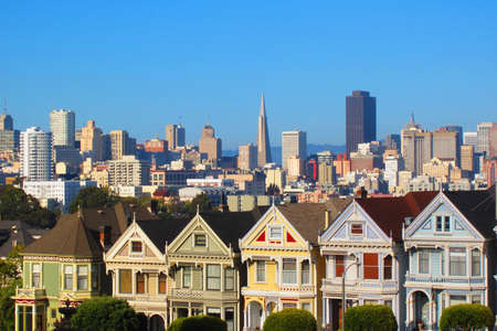 San Francisco, plaza de �lamo, las damas pintadas y el horizonte de la