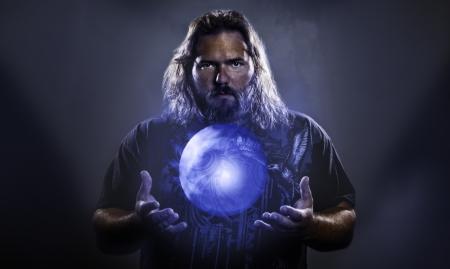 などのパワー、魔法、精神性を意味する神秘的な輝くオーブと長い髪の白人男性