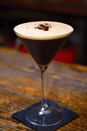 Cocktail espresso martini based on coffee, liqueur coffee and vodka 스톡 콘텐츠