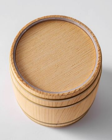 Wooden barrel with iron rings. Imagens