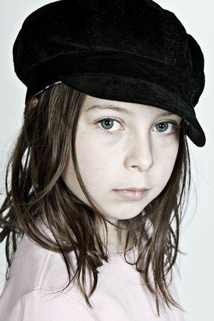 petite fille triste: Pretty Dark Haired Child regardant la cam�ra
