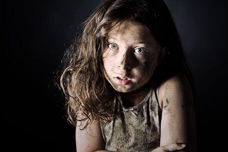 homeless: Low Key disparo de un Asustado y Filthy Brown Haired Child