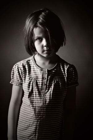 Low Key Black and White Shot of a Sad Child Standard-Bild