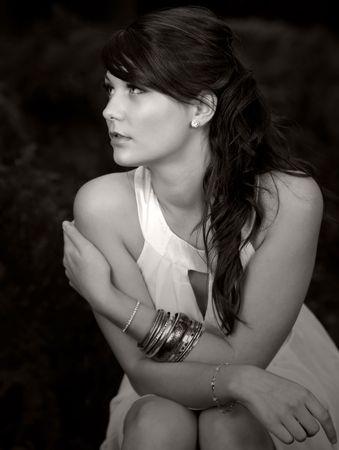 morena: Tiro de una bella Teenager pelo marr�n Sitting Down en el bosque