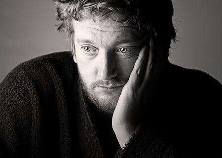 depresi�n: Potente shot de una media deprimida antig�edad Man Foto de archivo