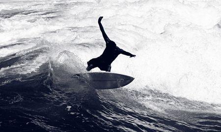 Terribile colpo di un Surfer Riding the Waves