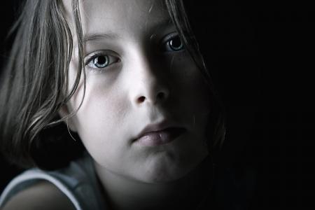 verdrietig meisje: Low Key Shot van Sad Child Stockfoto