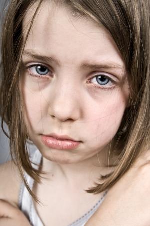 maltrato infantil: Foto de una triste Eyed Girl Blue