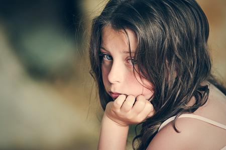maltrato infantil: Tiro de Niño Triste