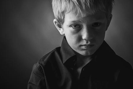Low Key Foto van Sad Boy Stockfoto