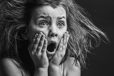 vagabundos: Potente Imagen de niño asustado Foto de archivo