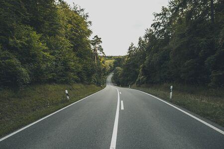 empty road in the woods 版權商用圖片