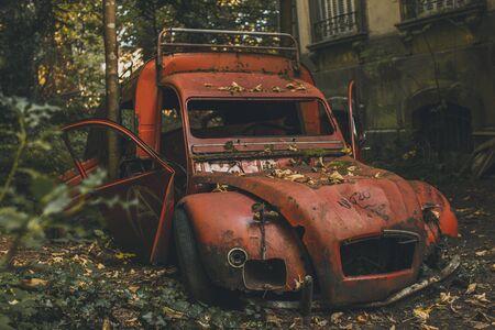 forgotten, rusty, red car in backyard Banco de Imagens