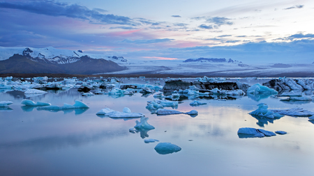Jokulsarlon, glacier lagoon in Iceland at night with ice floating in water. Cold arctic nature landscape scenery. Ice melting. Imagens