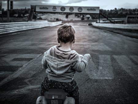 position d amour: Young child at the starting grid at the race track