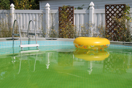 An abandoned dirty, swimming pool in a private backyard. 写真素材 - 108636015