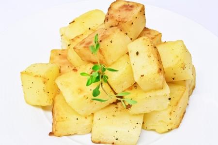 papas: patata cortada en dados asado con sal y pimienta