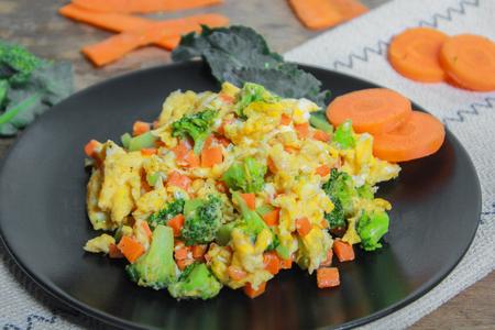 huevos revueltos: Los huevos revueltos con zanahoria y brócoli