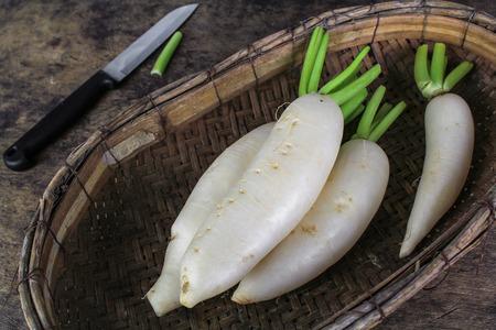 신선한 슬라이스 나무 배경에 흰색 무, 건강 vegatable