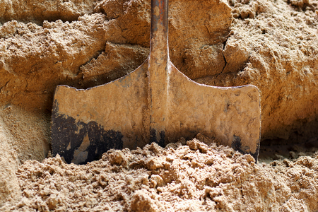 suelo arenoso: Shovels on sandy soil, agricultural work, preparation for construction