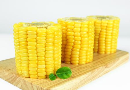yellow sweet corn isolated on white background Banco de Imagens