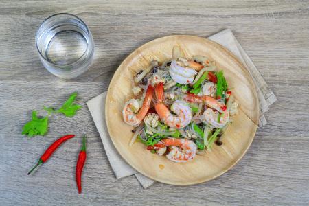 Pittige Thaise salade met garnalen en varkensgehakt Stockfoto