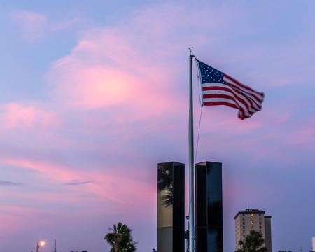 Bandera estadounidense volando sobre el Memorial 9-11 al atardecer en el puerto deportivo de Ciudad de Panamá en la ciudad de Panamá, Florida el 71115. Editorial