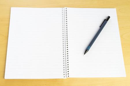 Stylo et bloc de papier blanc sur table. Accessoires pour l'école, l'étude et l'éducation. Crayon, journal et liste de notes.