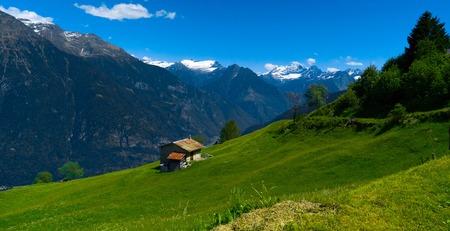Een klein huis in de Zwitserse bergen. Kanton Tessin.