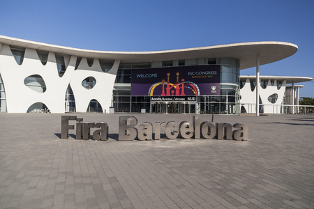 HOSPITALET DE LLOBREGAT, 스페인 -8 월 17,2014 : Fira 드 바르셀로나, 무역 박람회 기관, 의회, 서명 이름과 도요타 이토, 그랑 비아, Hospitalet, 지방 바르셀로나, 카
