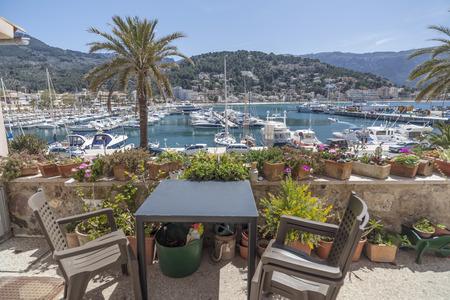 PORT-SOLLER, SPAGNA - APRILE 15,2013: Marina vista porto nel villaggio baleare di Port-Soller, Isola di Majorca, Isole Baleari, Spagna.