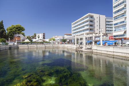 EL VENDRELL,SPAIN-AUGUST 14,2017:Mediterranean and touristic village in Costa Dorada. Coma-ruga,El Vendrell,Catalonia,Spain. Imagens - 94560302