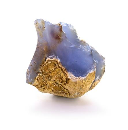 chalcedony: Calcedonio blu naturale roccia isolata su sfondo bianco