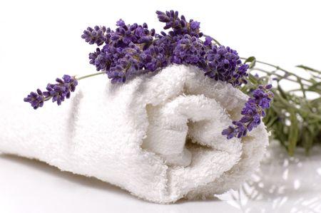 lavanda: art�culos de ba�o de lavanda. la sal, la toalla, y de flores frescas Foto de archivo