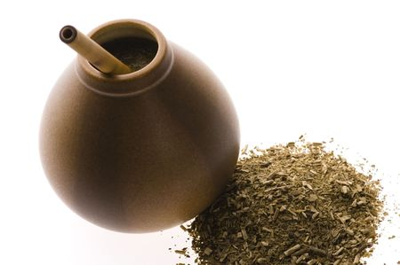 yerba mate: porongo argentino con yerba mate aislado sobre fondo blanco
