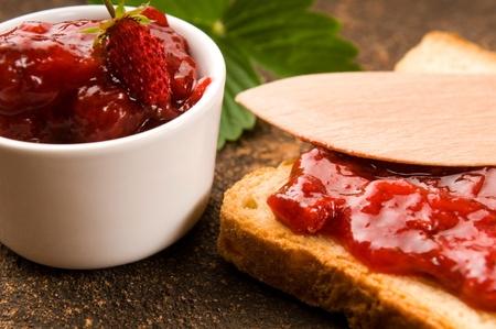 mermelada: Mermelada de fresa salvaje con brindis Foto de archivo