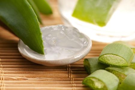 jus d'aloe vera avec des feuilles fraîches