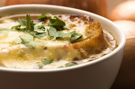 cuisine fran�aise: Soupe � l'oignon fran�aise avec des ingr�dients Banque d'images