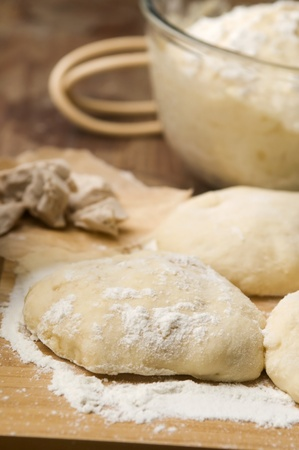 dough: La masa sobre tabla de madera Foto de archivo