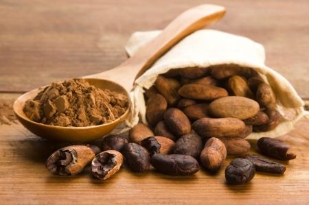 Kakao (Kakao-) Bohnen auf natürliche Holztisch